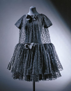 Robe cocktail 'Baby doll' en crêpe de chine, dentelle et satin, Cristóbal Balenciaga, Paris, 1958 © Victoria and Albert Museum, London